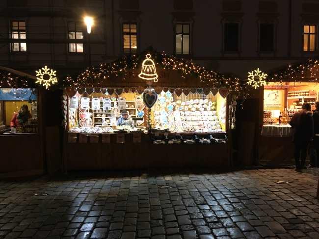 Vánoční trhy Olomouc osvětlený stánek s perníky a ozdobami