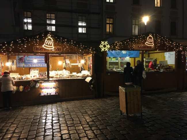 Vánoční trhy Olomouc stánek se šperky a vínem