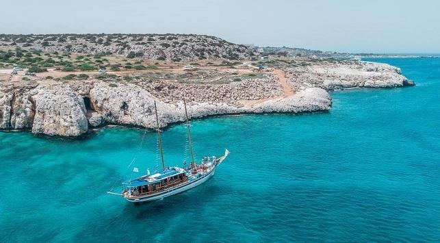Záliv s lodí u pobřeží Kypru